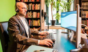 In Seinem Büro in Leipzig hält MAXQDA professional Andre Morgenstern MAXQDA Webinare und schult im Umgang mit der Verbi Software.